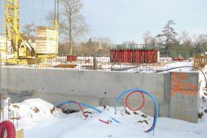 chantier extérieur boulodrome avec grue