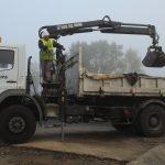 vermillon chauffeur camion déchargement par grue Aqio