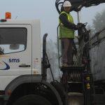 vermillon chauffeur camion déchargement par grue